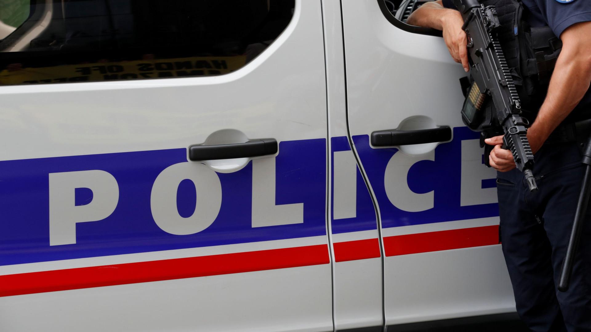 Homem armado faz reféns dentro de banco na França