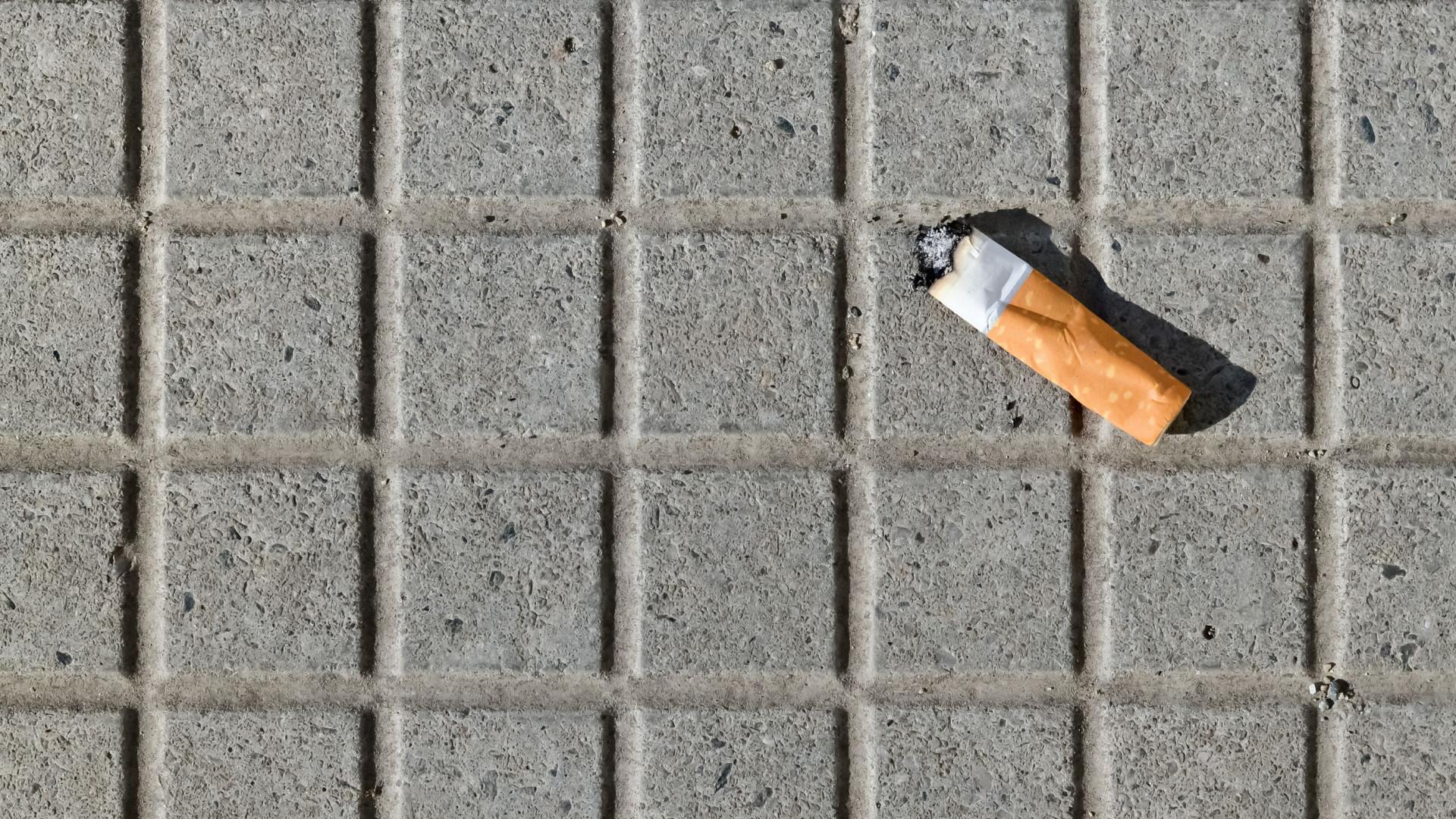 Jovem apaga cigarro no corpo da mãe por ela não lhe dar dinheiro