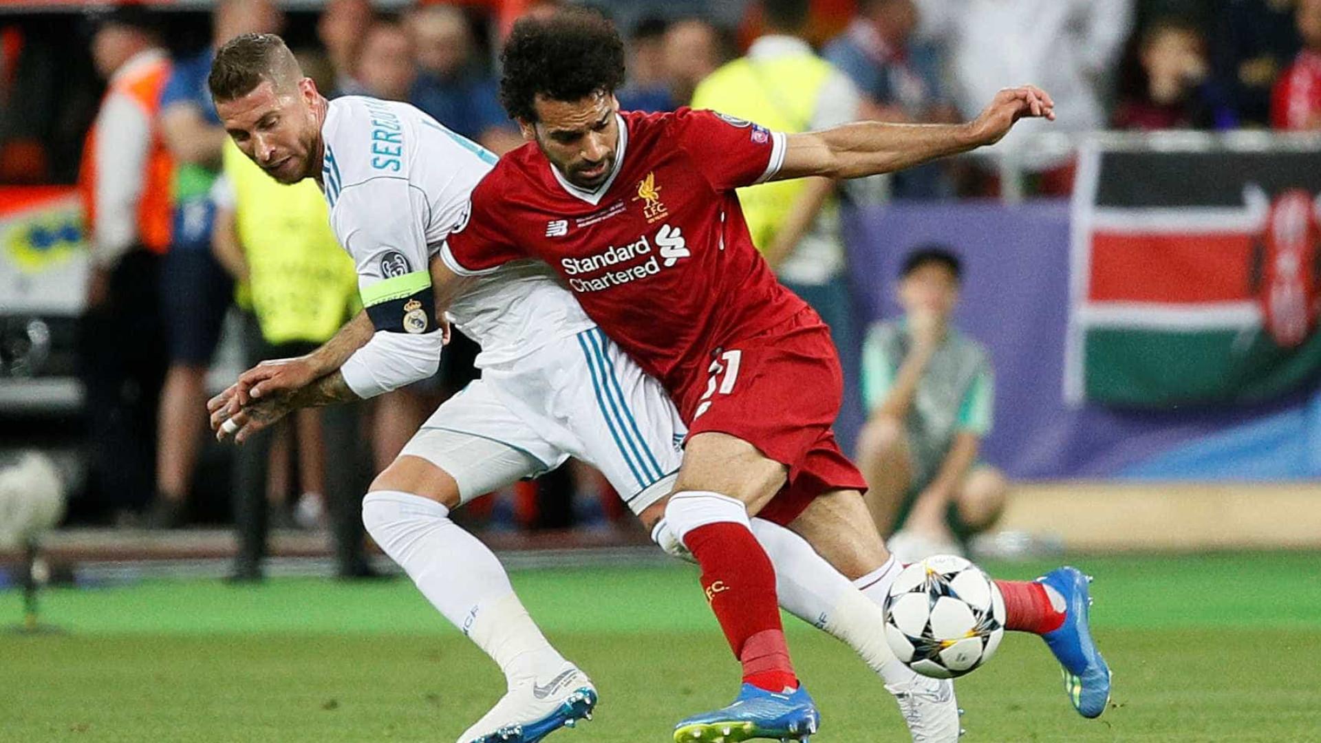 Sergio Ramos toca no ombro lesionado de Salah e egípcio ignora