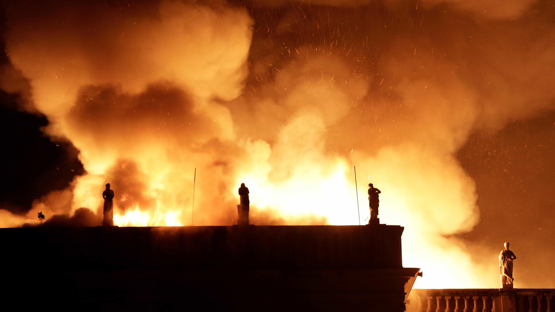 Causa de incêndio pode ter sido queda de balão, diz ministro