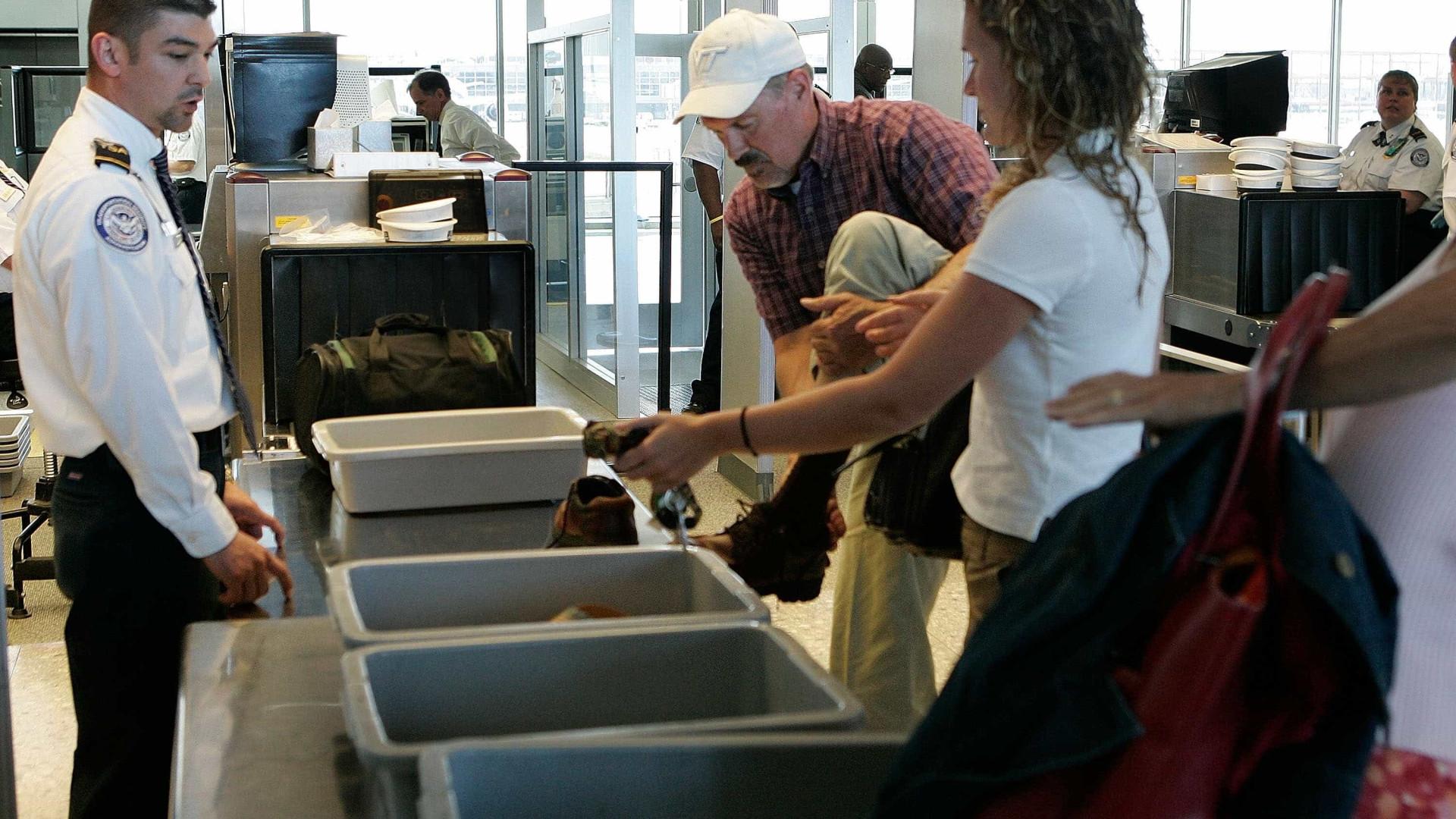 Caixas do raio-x de aeroportos espalham mais vírus que os banheiros