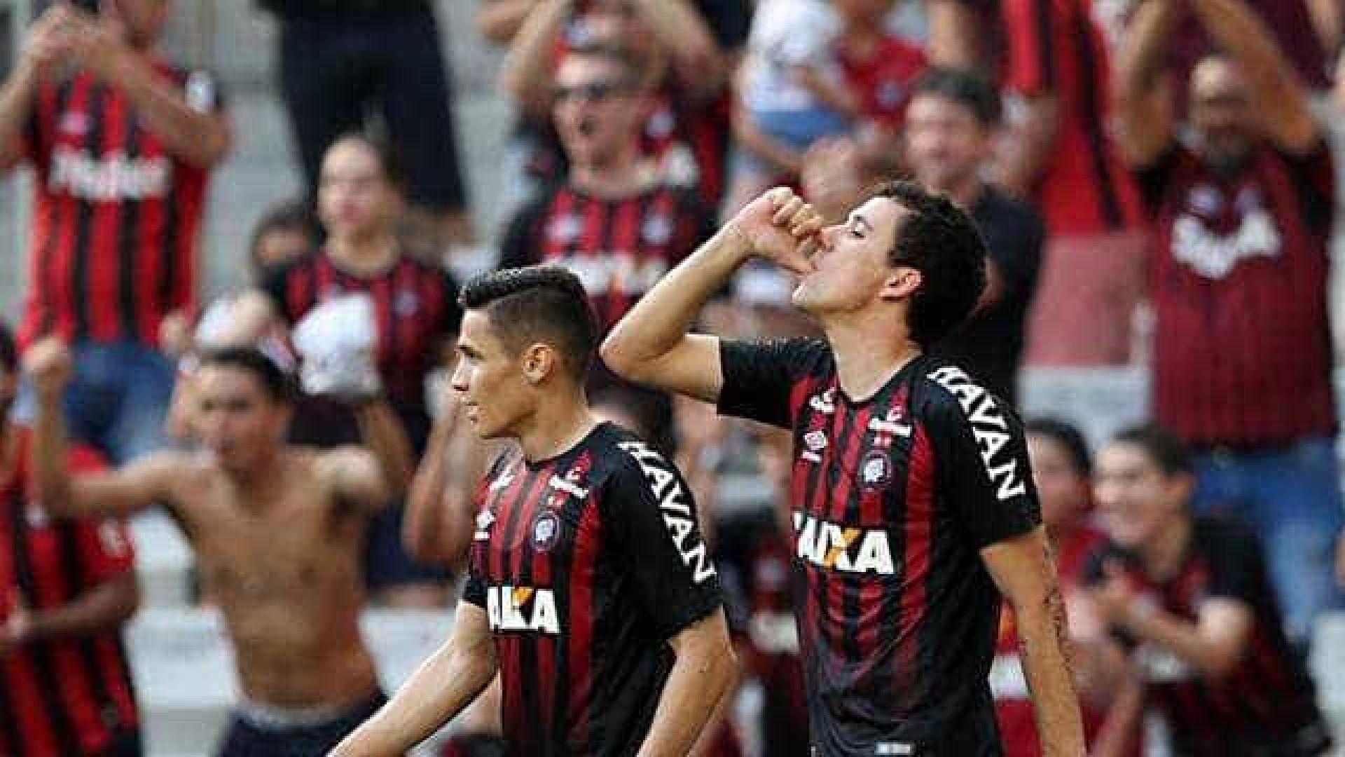 Atlético-PR faz 3 a 0 no lanterna Paraná e sobe no Brasileirão