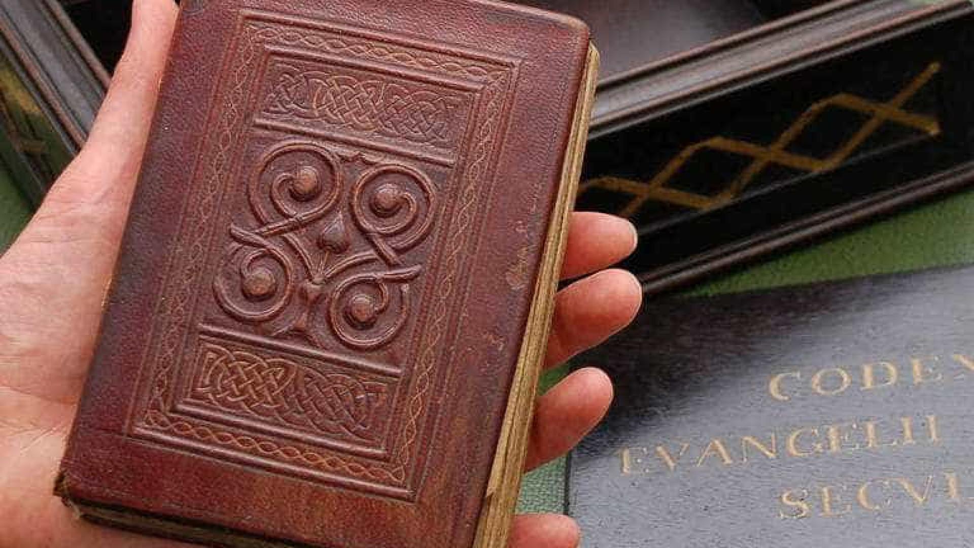 Encontrado em caixão de santo, livro mais antigo da Europa será exibido