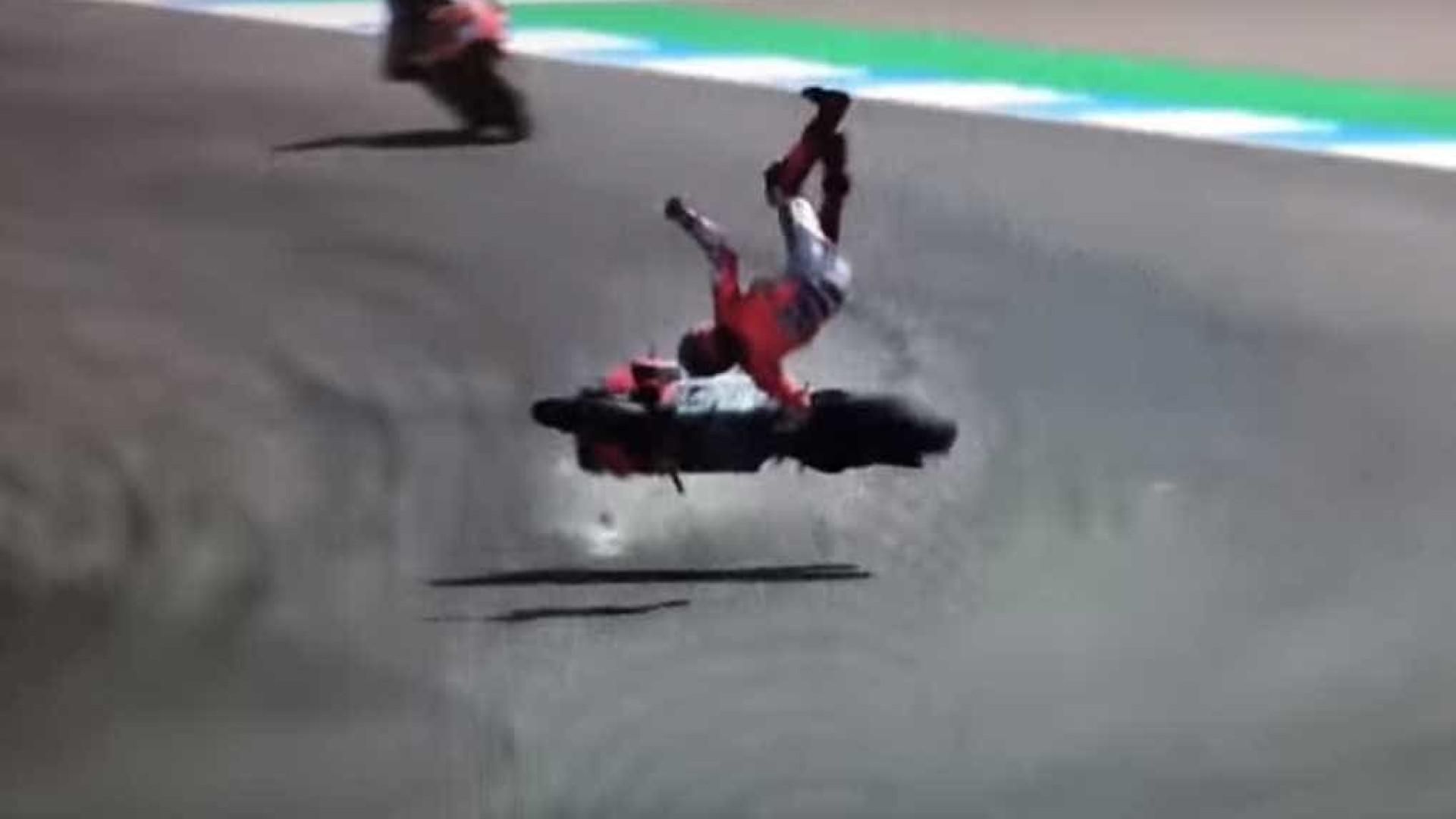Piloto espanhol sofre grave acidente em treino da MotoGP; assista
