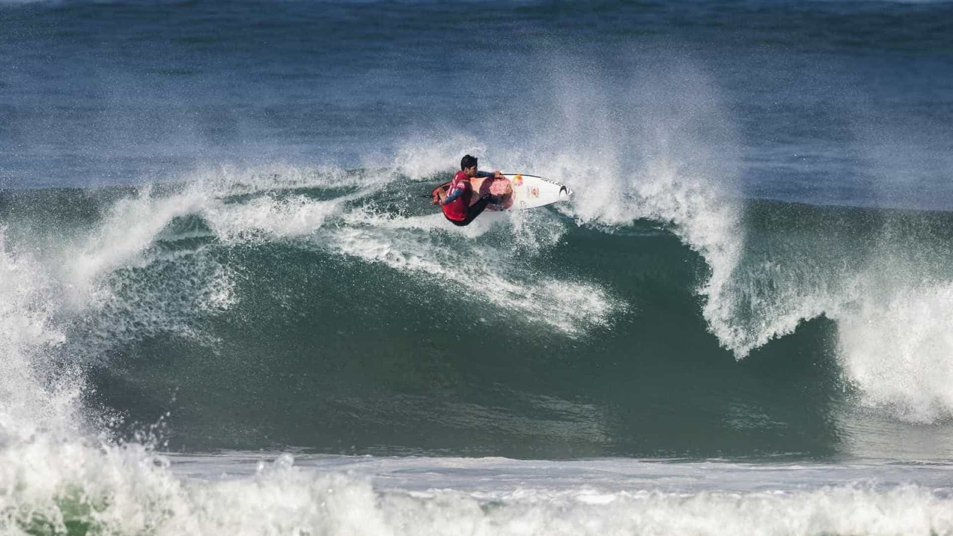 Surfistas de 18 países disputam R$ 432 mil em Fernando de Noronha