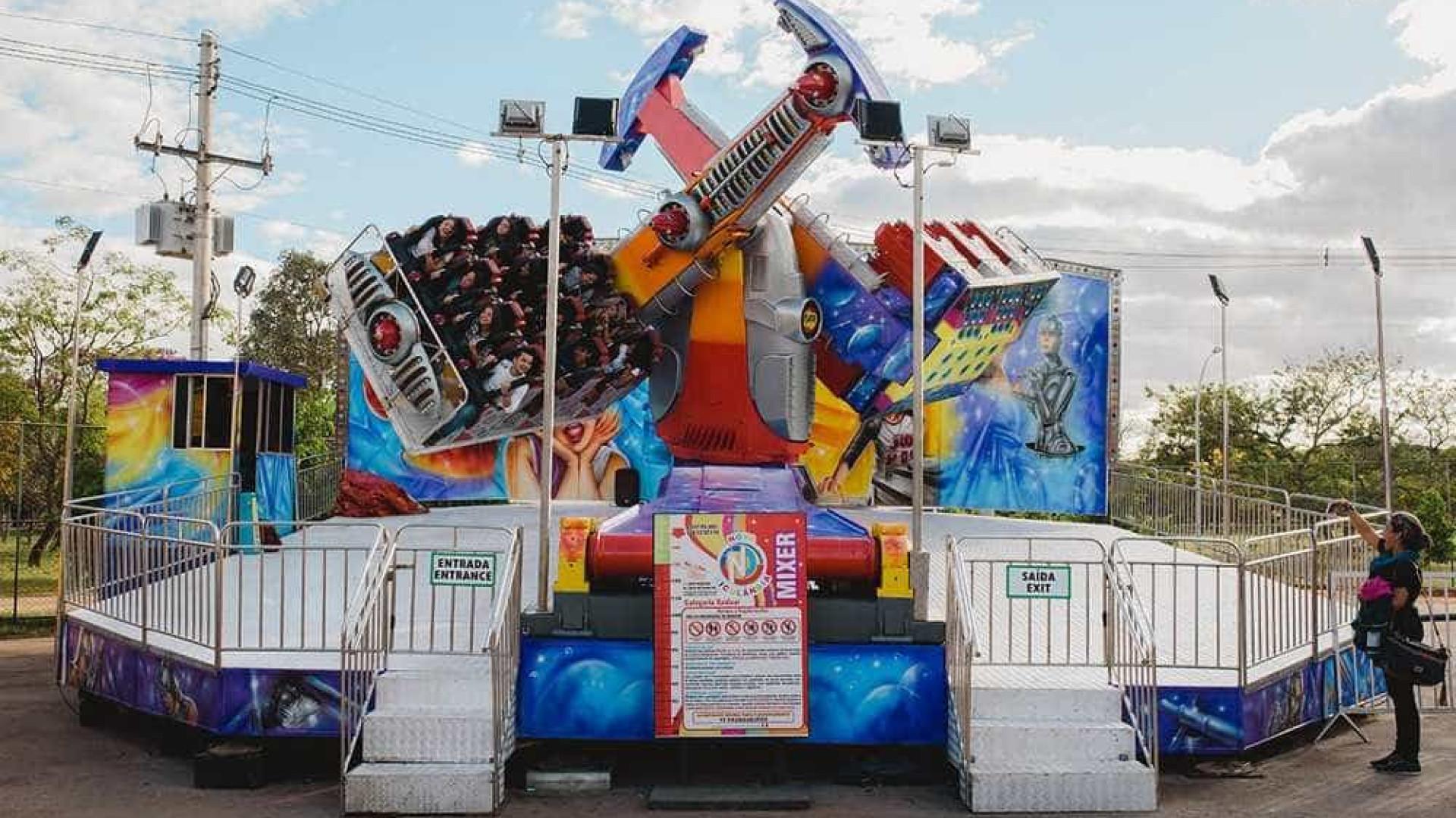 Crianças ficam penduradas em brinquedo de parque de diversões; vídeo