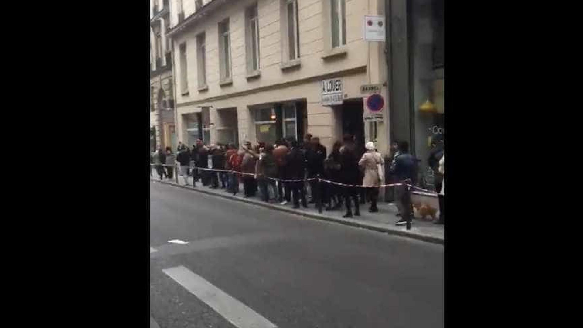 Em Paris, brasileiros cantam 'EleNao' no local da votação; assista