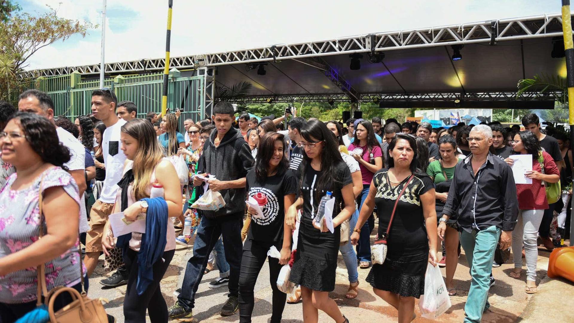 Desempregada, venezuelana vende canetas durante prova do Enem