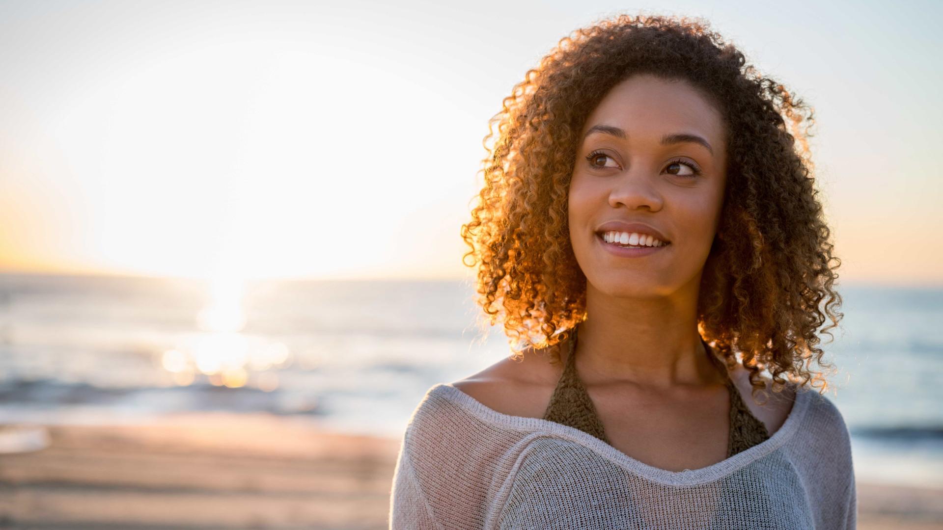 Descubra como minimizar os danos do sol e da água do mar ao cabelo