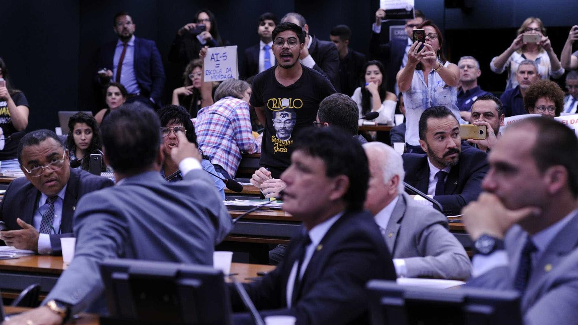Comissão da Câmara tenta votar projeto Escola sem Partido nesta terça