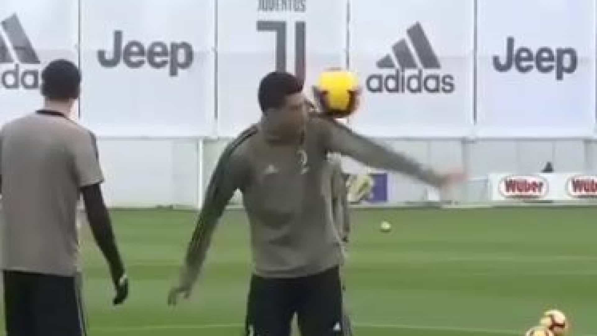 Cristiano Ronaldo dá show de malabarismo e impressiona colegas