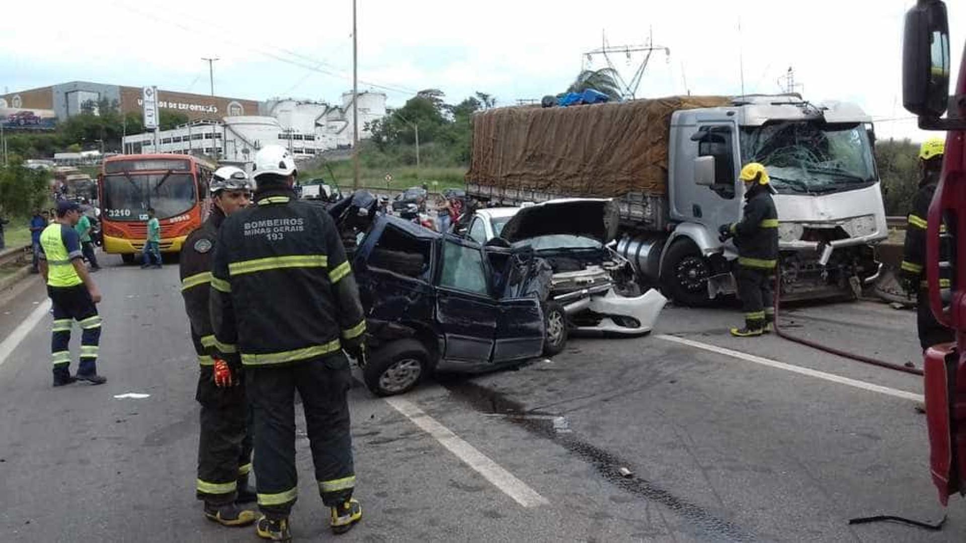 Engavetamento envolvendo 13 veículos deixa quatro feridos em MG
