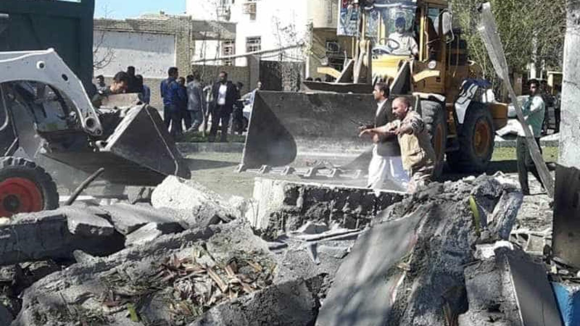 Homem-bomba detona carro, mata três pessoas e fere dezenas no Irã
