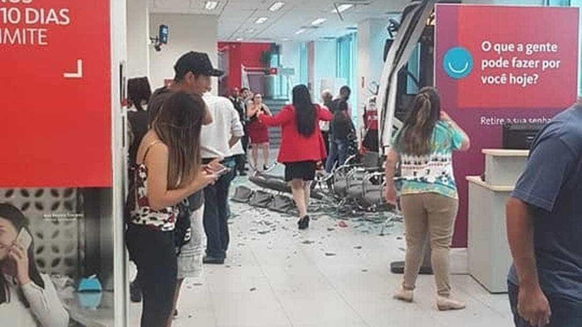 Ônibus invade agência bancária e deixa dois feridos no Rio