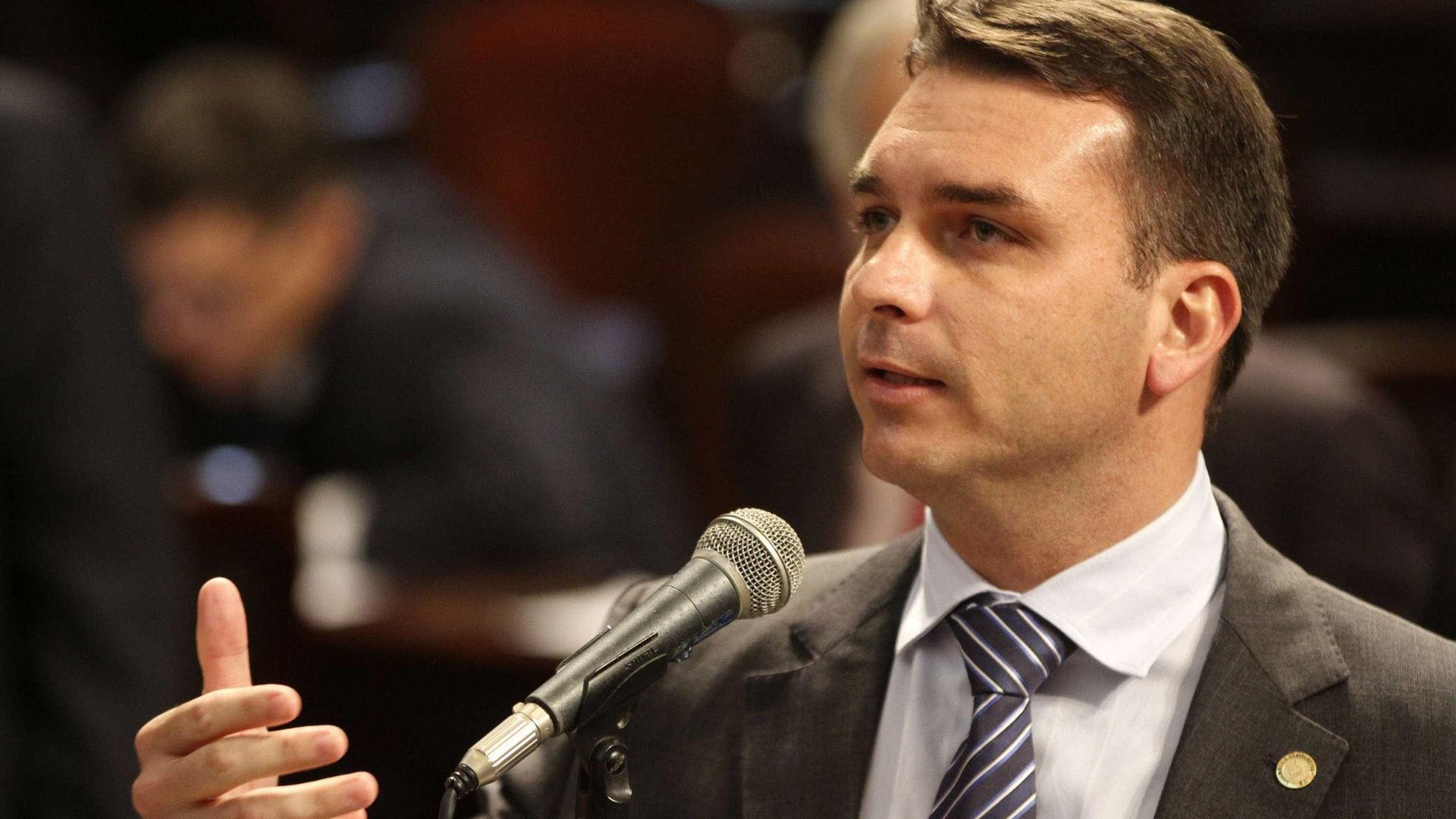 'Vítima de uma campanha difamatória', diz Flávio Bolsonaro