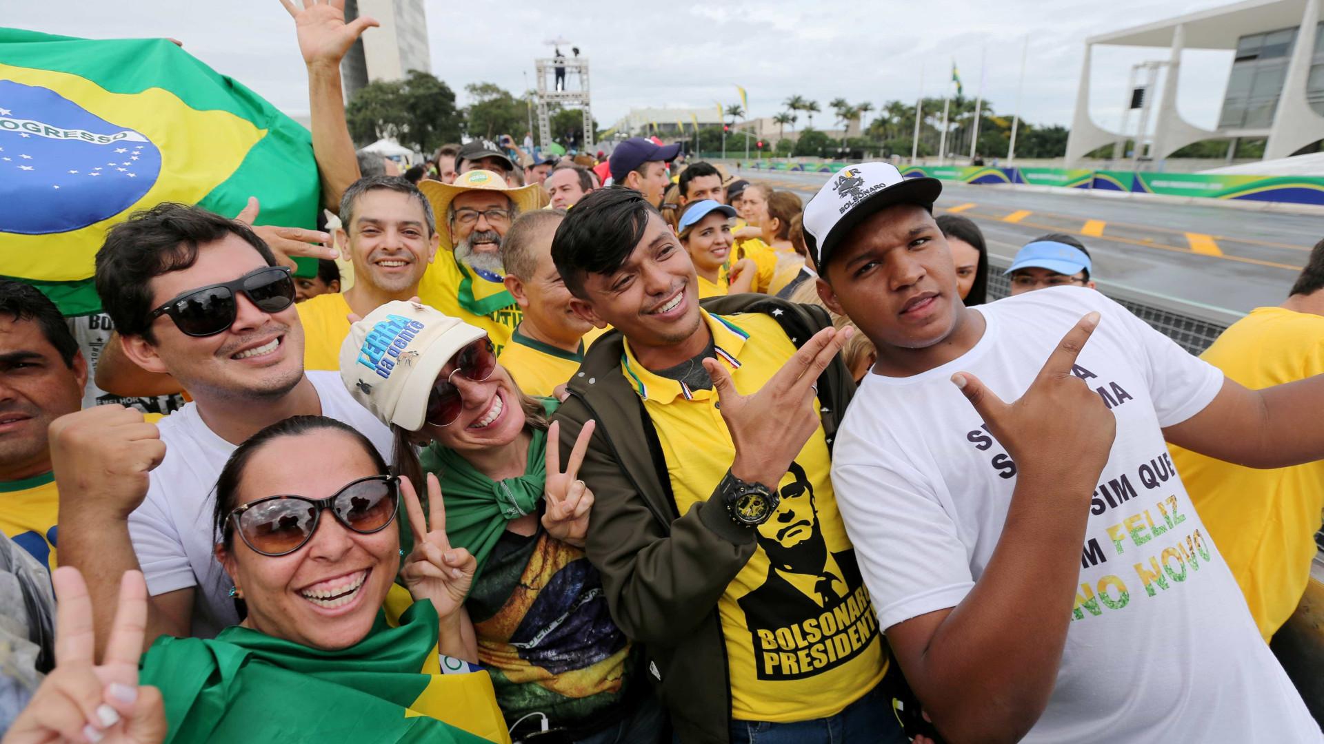 Público hostiliza jornalistas à espera da posse de Bolsonaro