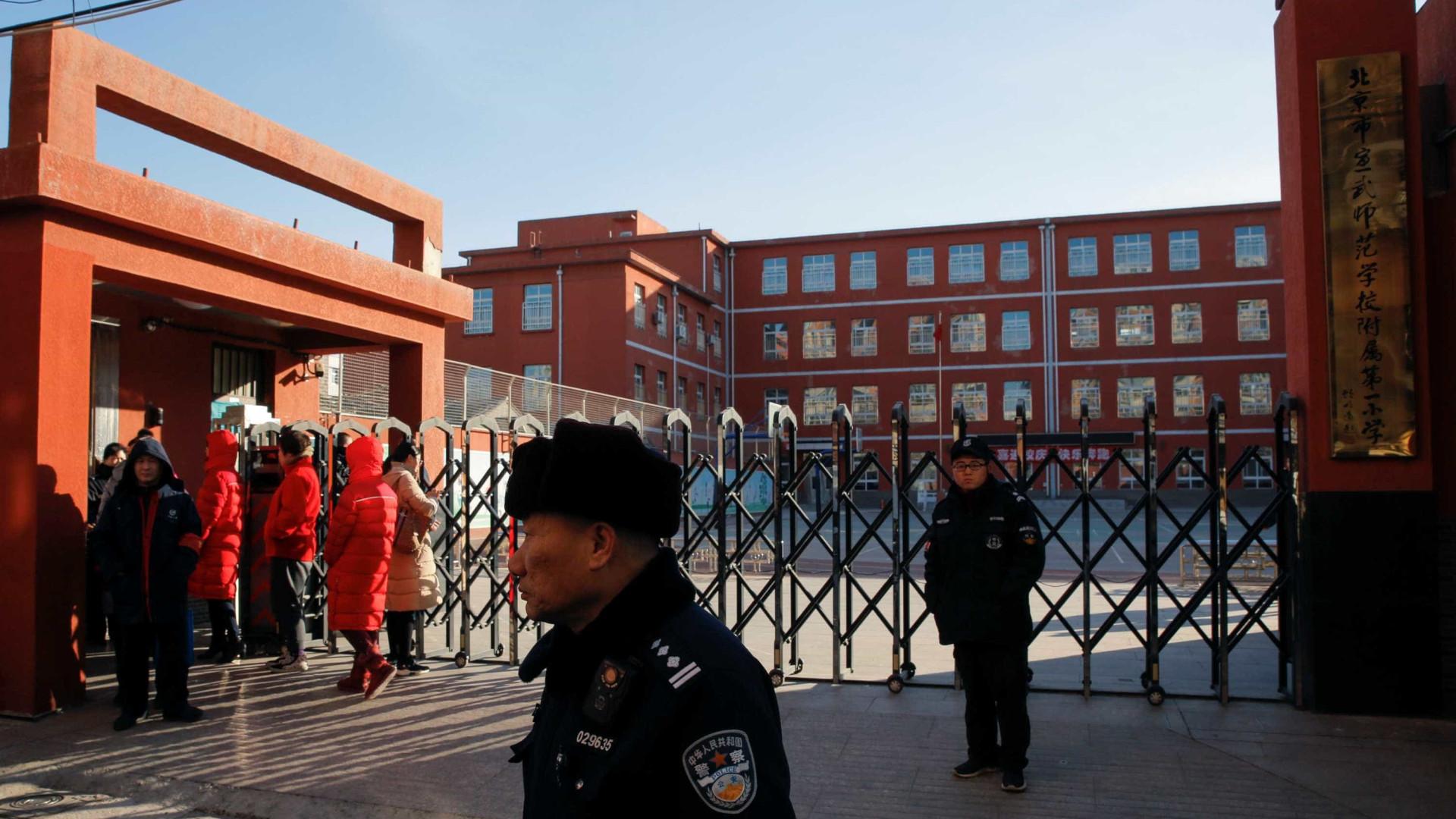 Homem ataca com martelo 20 crianças em escola na China