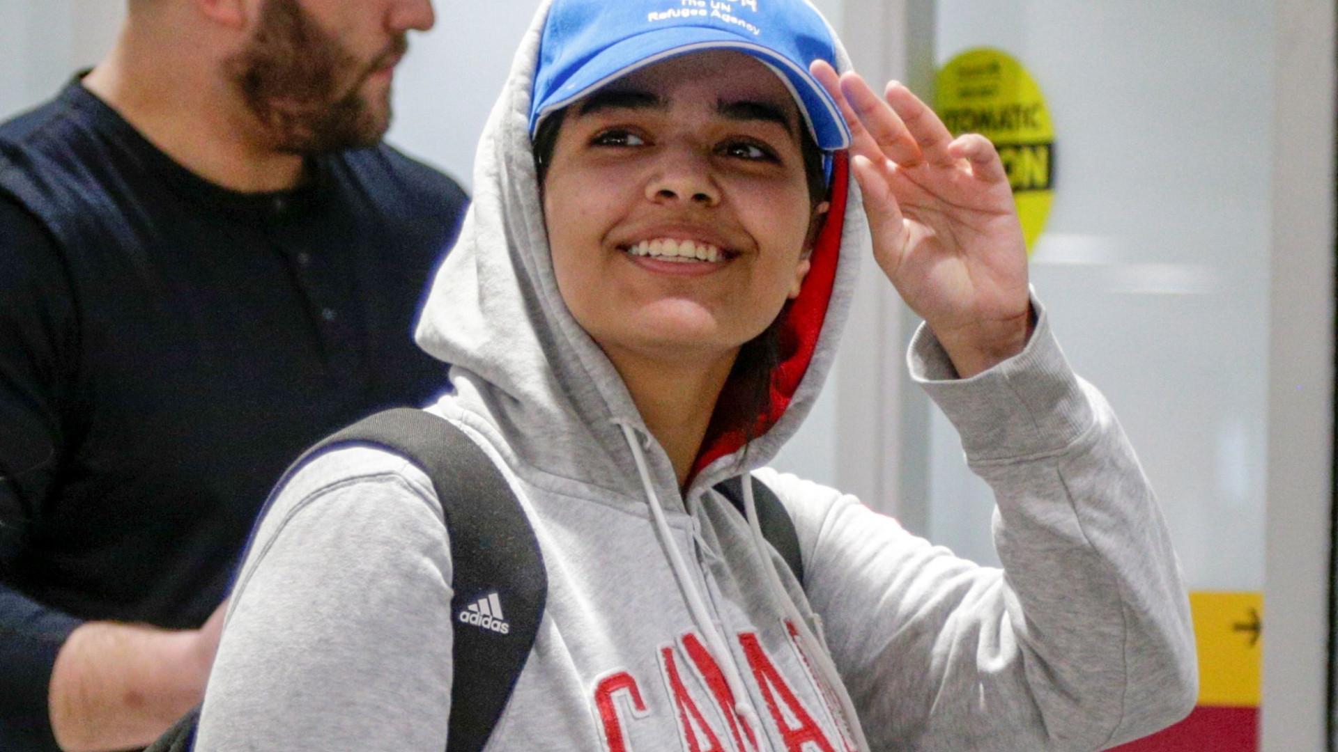 Jovem saudita que fugiu da família chega ao Canadá