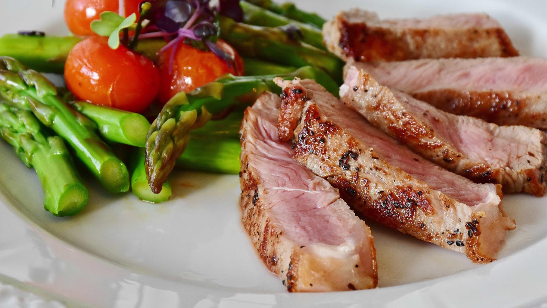 4 opções de molhos de frutas para carnes