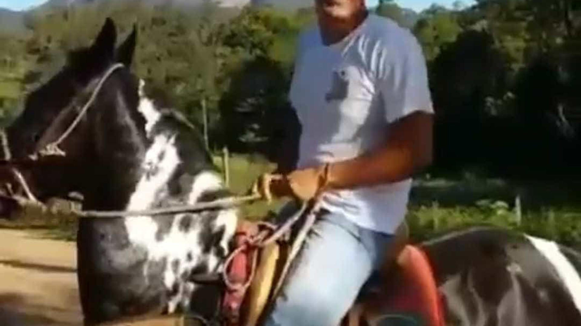 Daciolo surge a cavalo e diz que estava 'no mato adorando o Senhor'