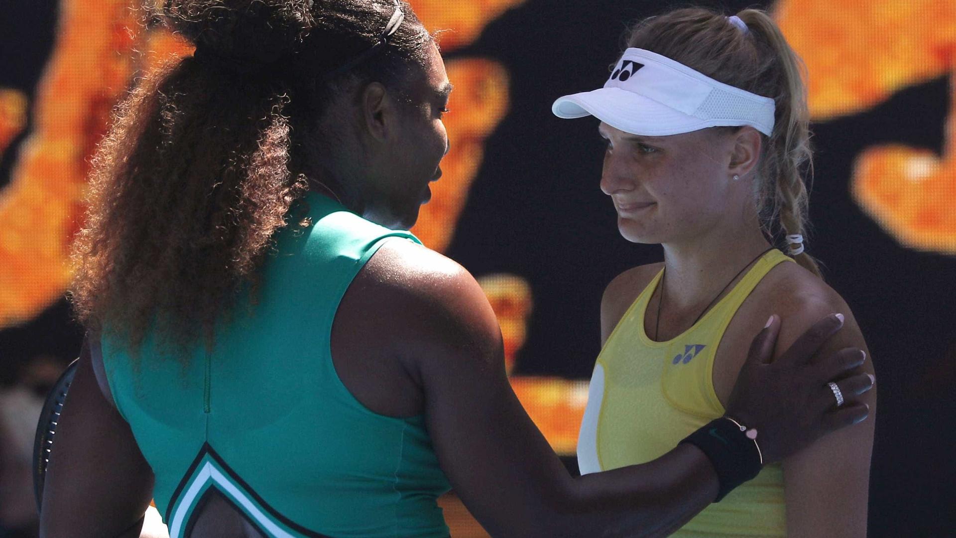 Serena Williams consola adversária após vitória no Aberto