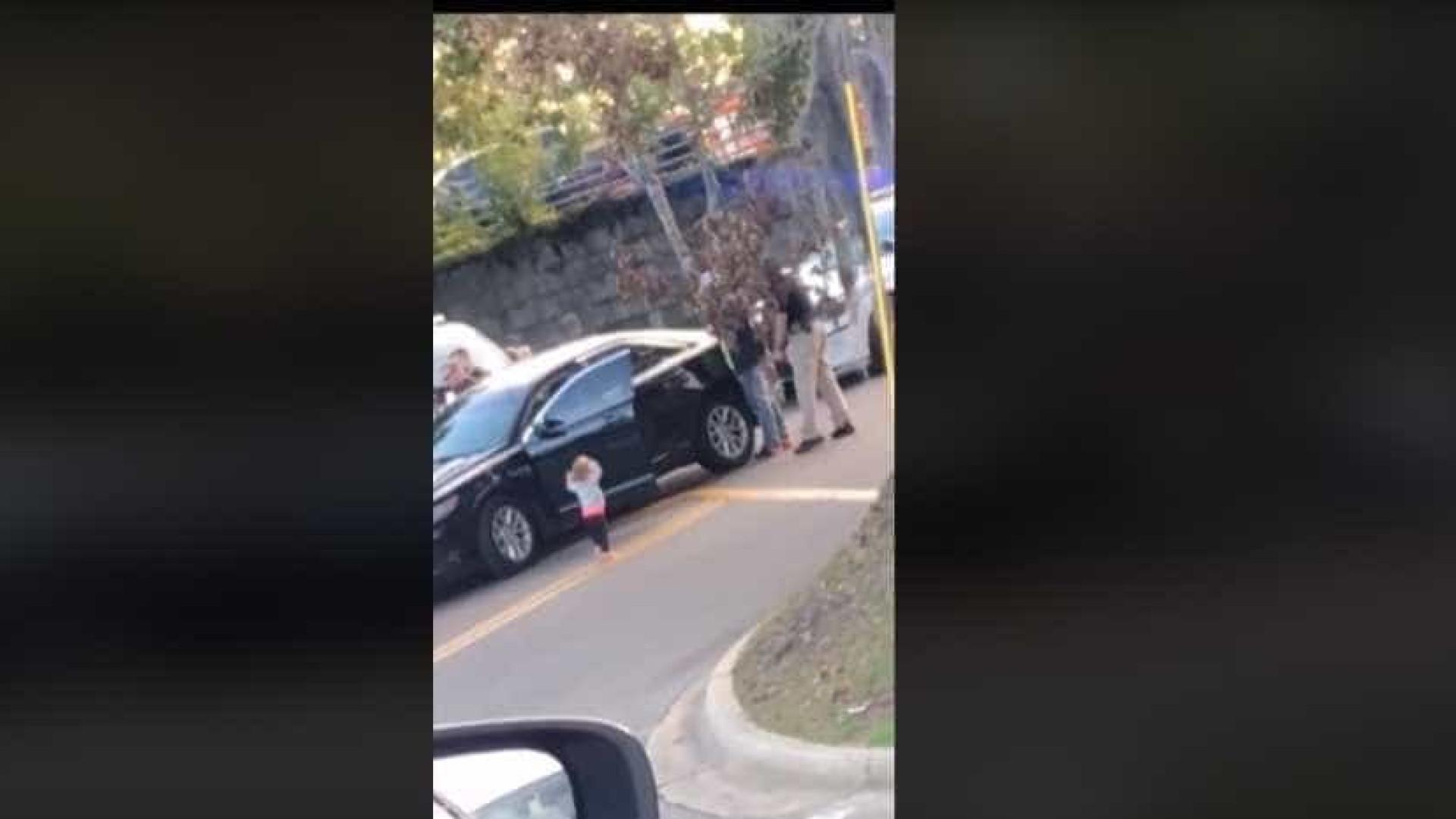Menina 'se rende' após pais serem detidos pela polícia