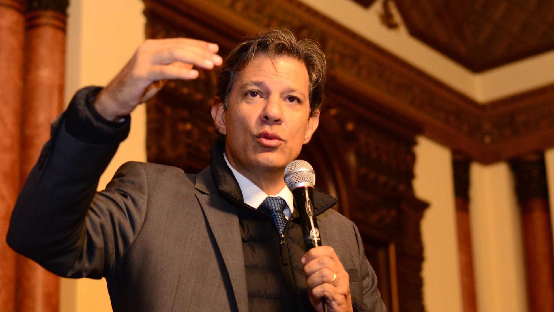 'Quem é o Bolsonaro pra julgar um educador?', diz Haddad em Portugal
