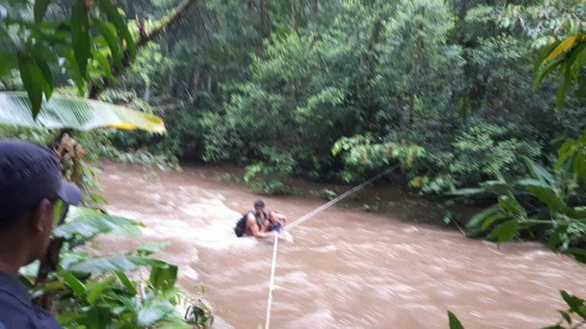 Casal ilhado é resgatado em área de mata fechada em SP; vídeo