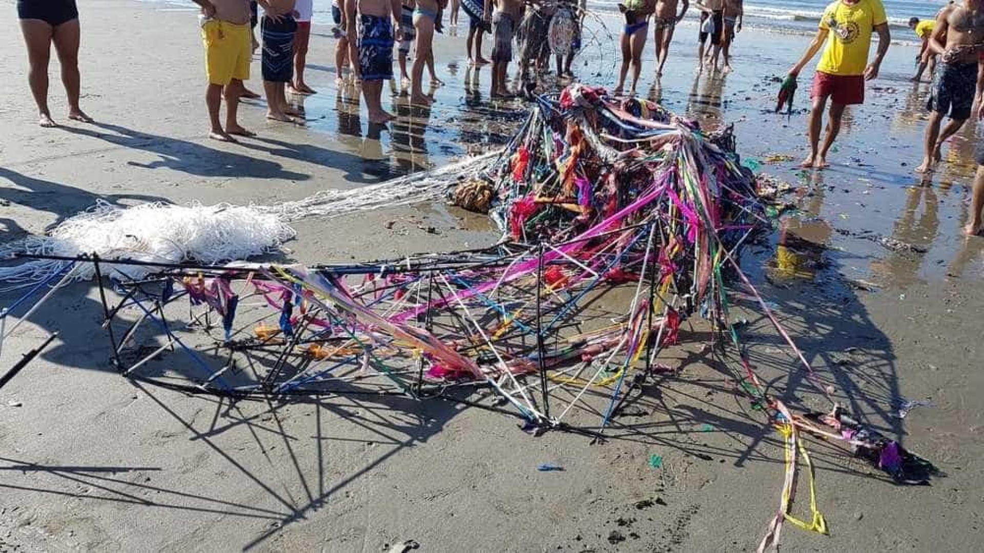 Balão cai no mar de Santos e assusta banhistas; veja vídeo