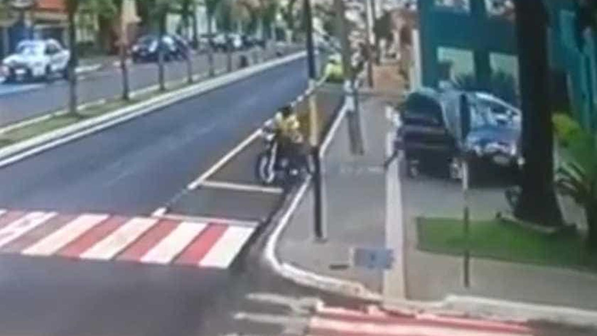 Mulher atropela marido ao tentar fugir de assalto em Goiás; vídeo