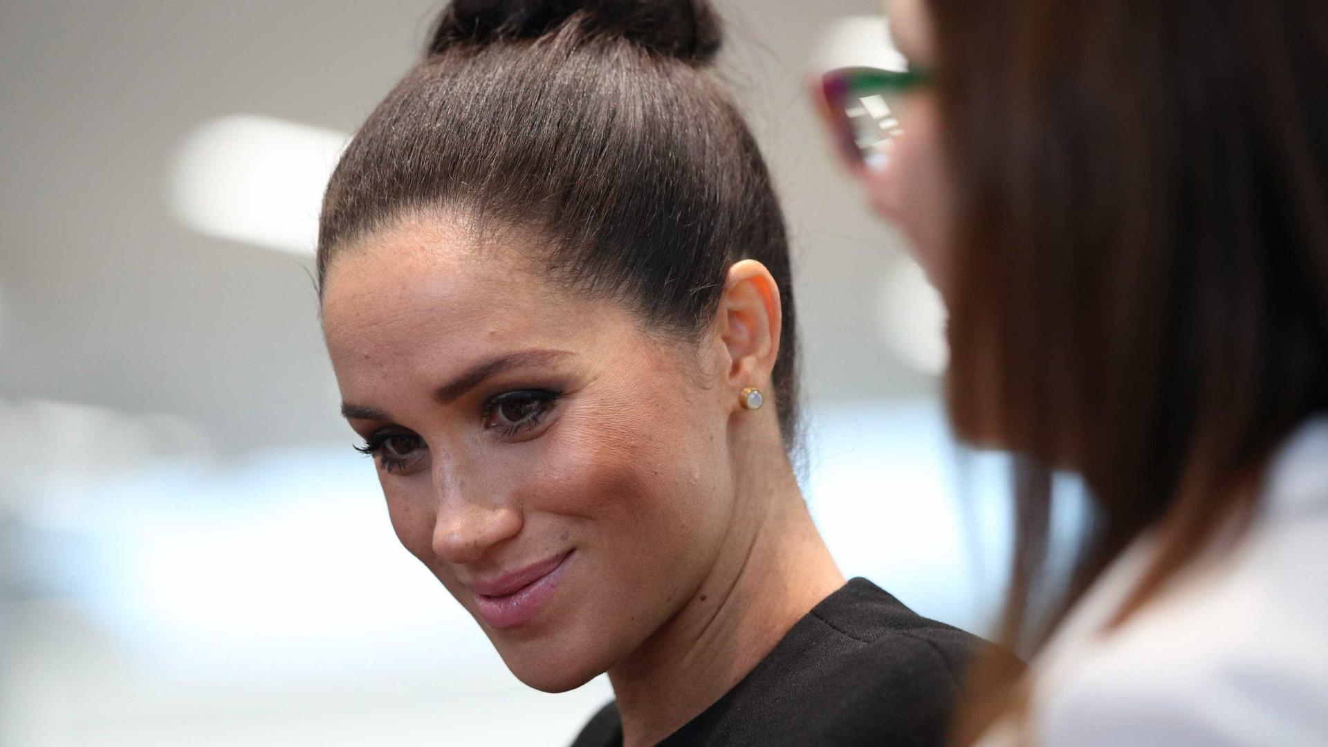 Meghan Markle usa look preto justinho que evidencia barrigão