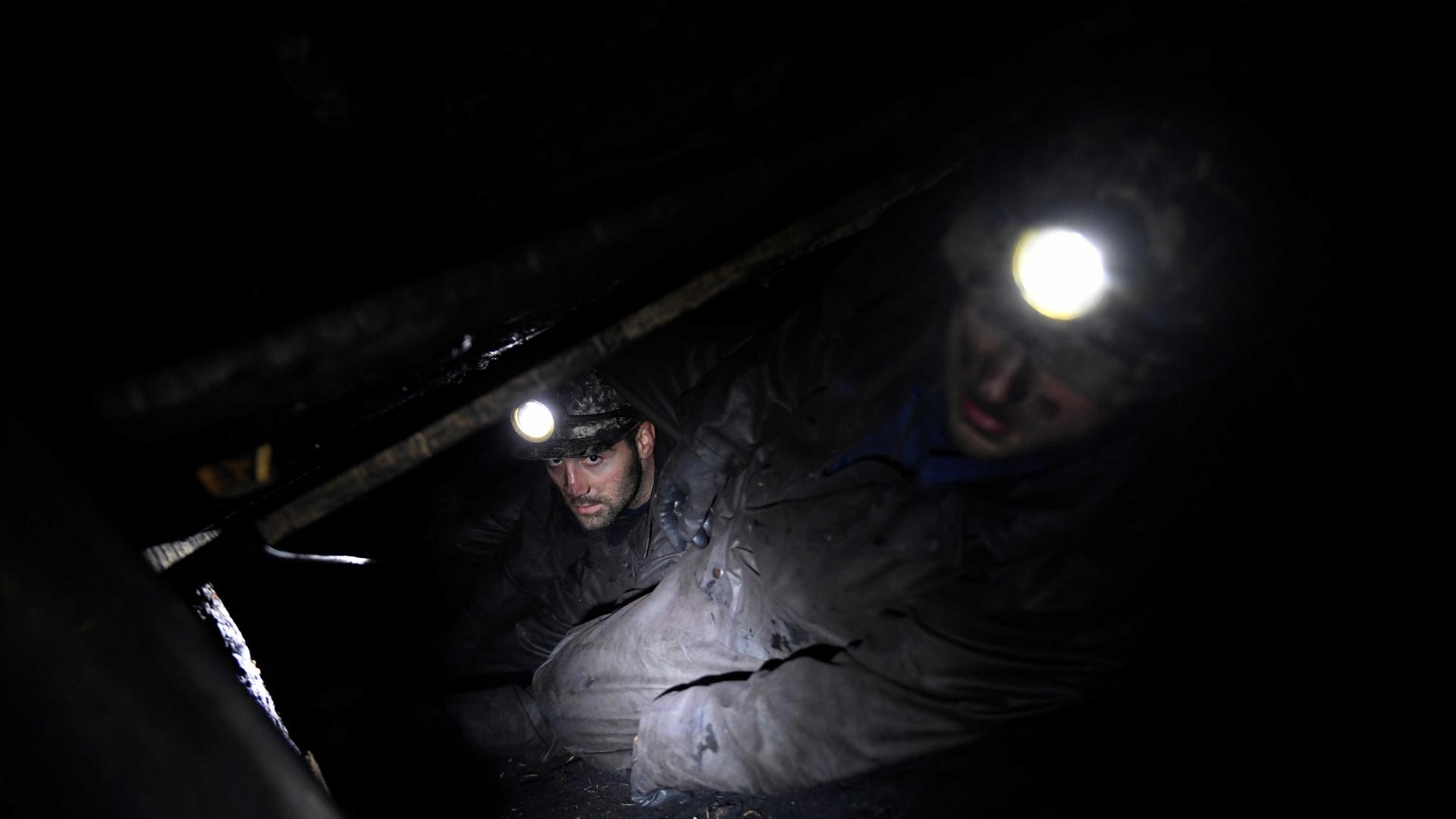 Operários presos há 3 dias em mina de carvão são resgatados com vida