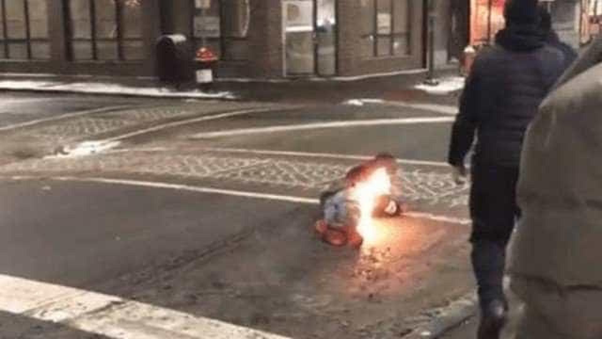Calça de homem atingido por arma de choque pega fogo; vídeo
