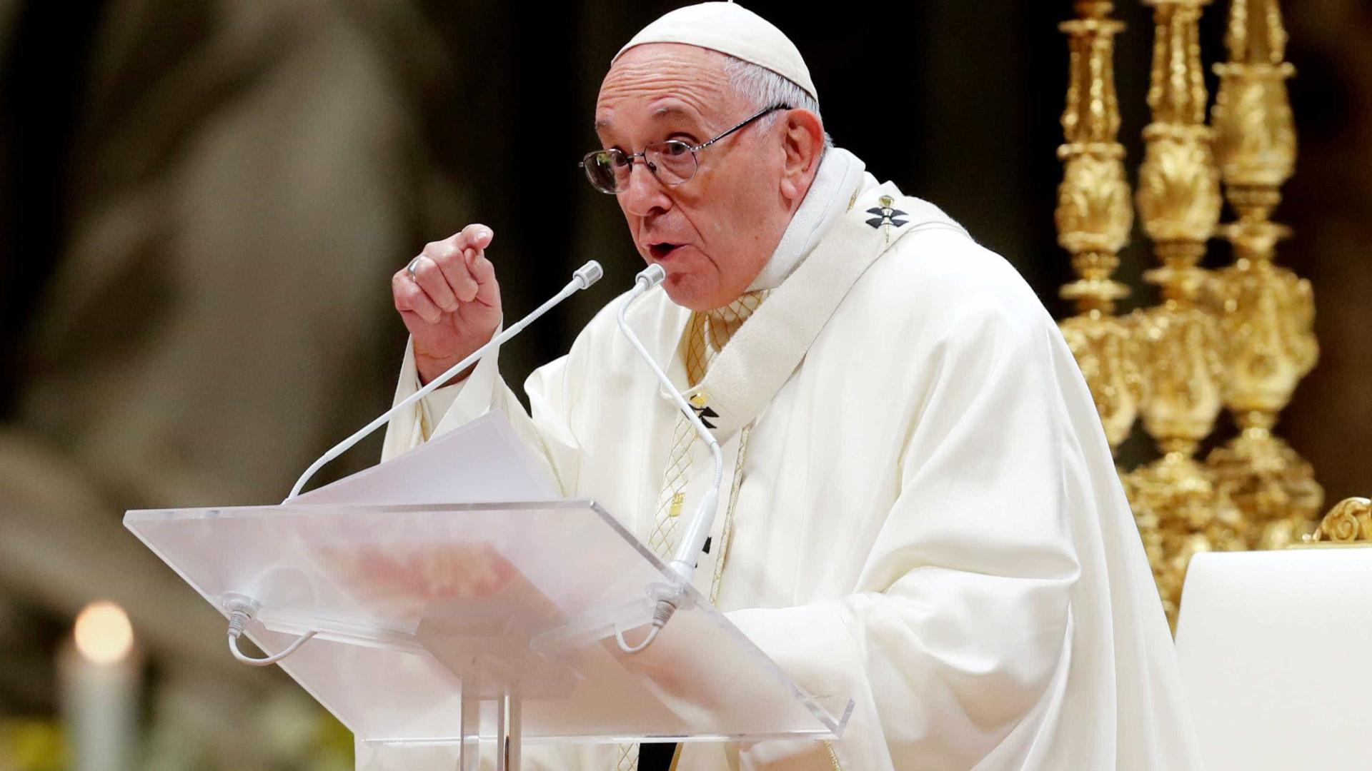 Papa critica restrições aos católicos na China