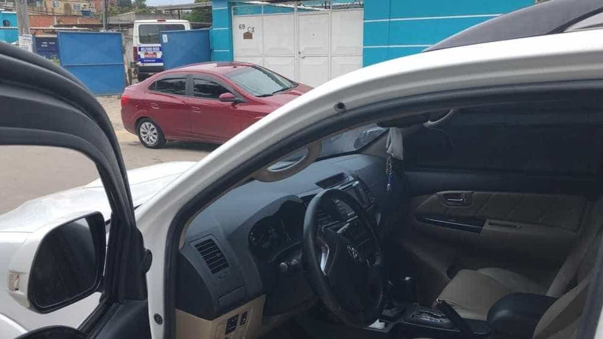 Carro de prefeito de Belford Roxo e deputada é alvo de tiros no Rio