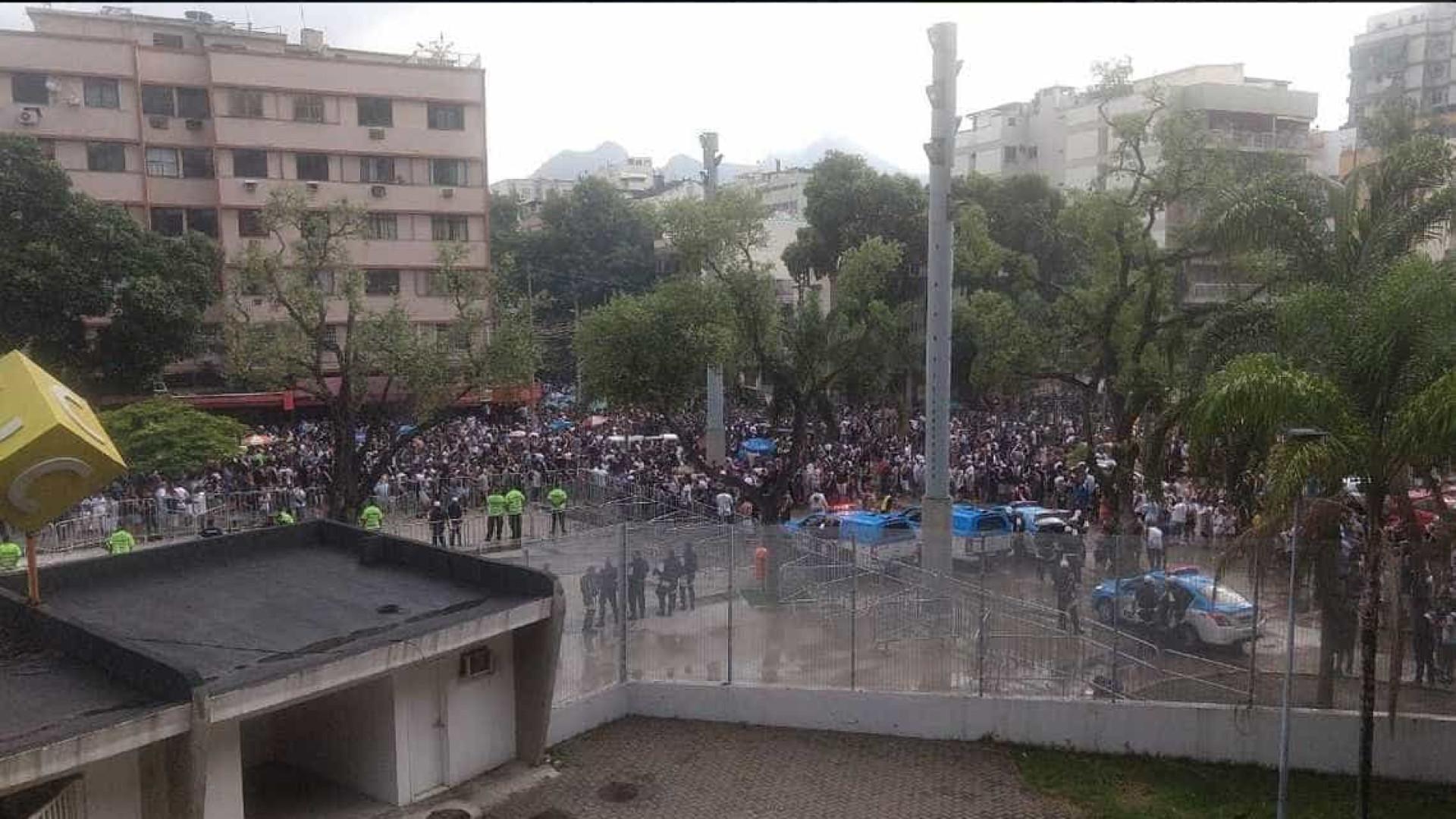 Após tumulto, torcedores entram no Maracanã