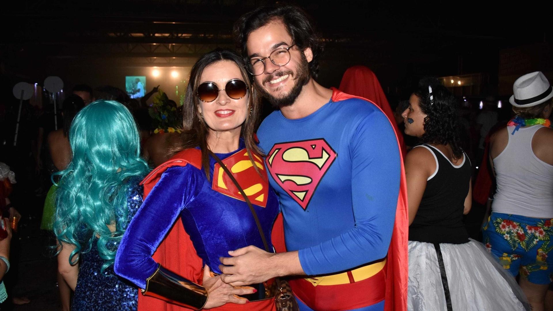 fb3aa2710 Fátima e Túlio curtem carnaval com fantasias de Supergirl e Super-Homem