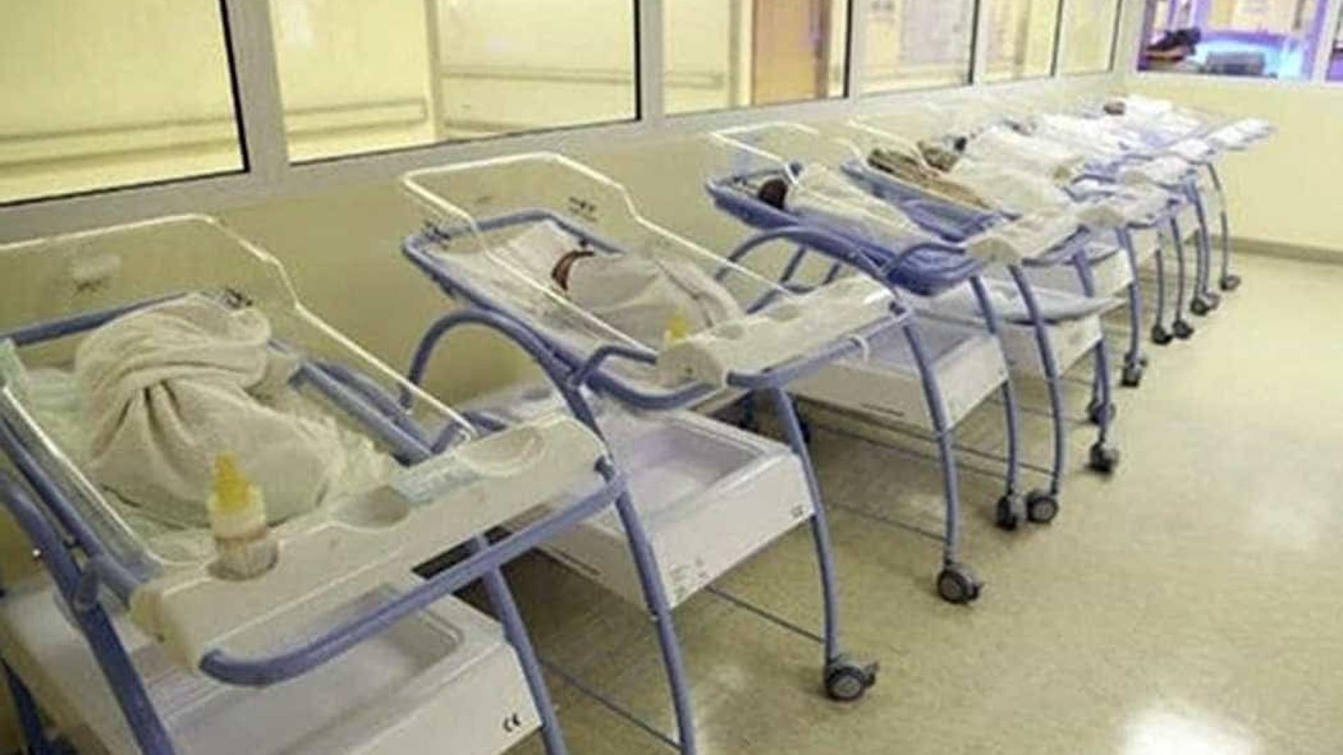 Mãe de 25 anos dá à luz a sete gêmeos de parto normal