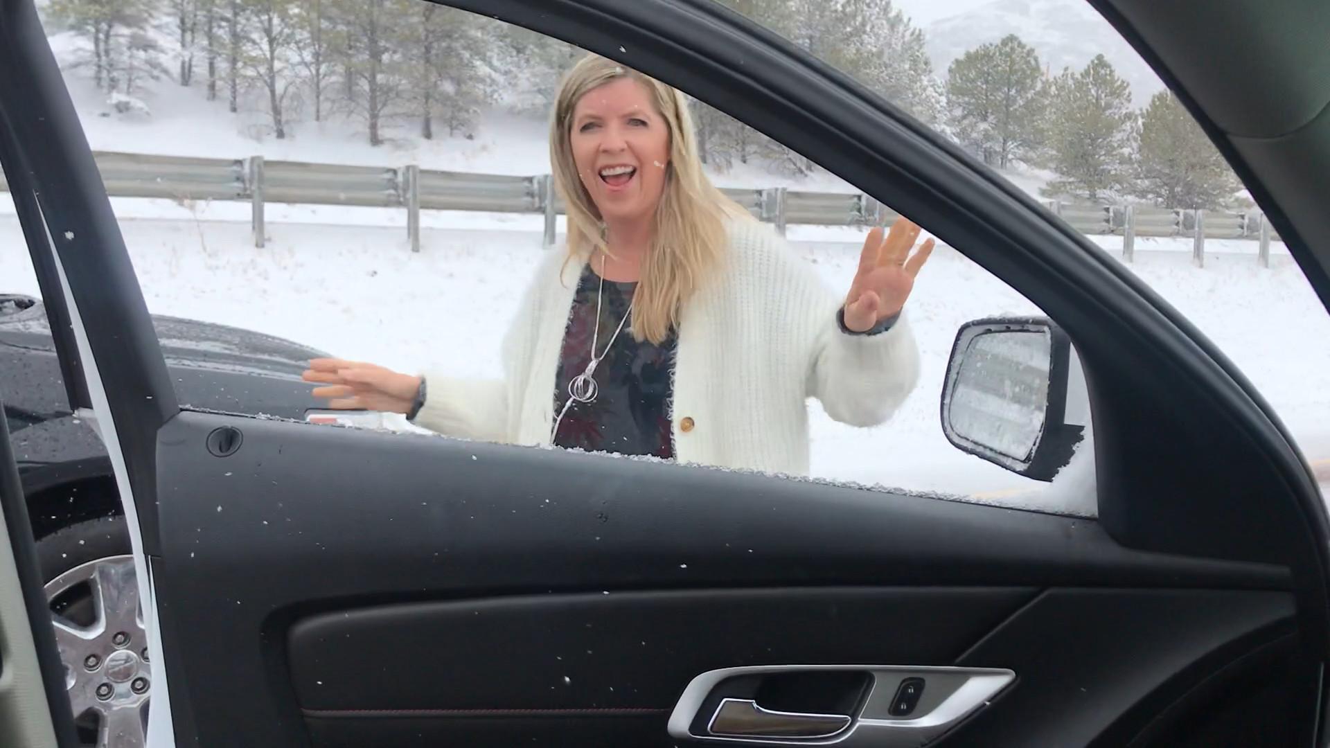 Mãe envergonha filho ao dançar Backstreet Boys no trânsito