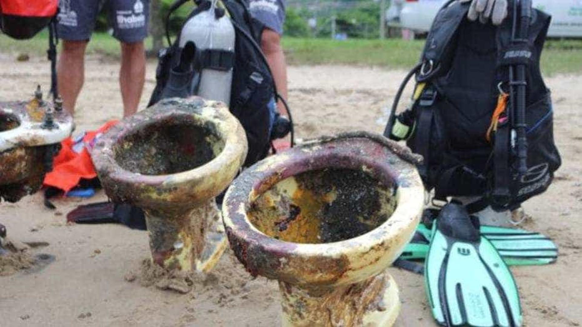 Operação tira 170 kg de lixo e tartaruga rara morta do mar de Ilhabela