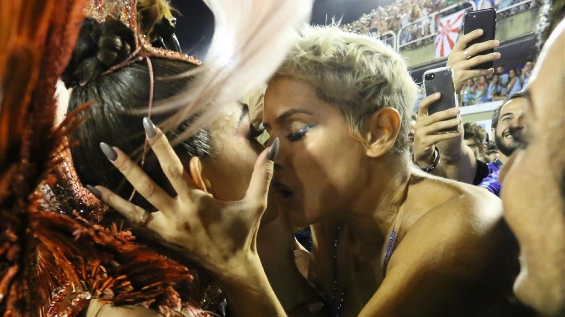 Deborah Secco e Juliana Paes dão selinho na Sapucaí