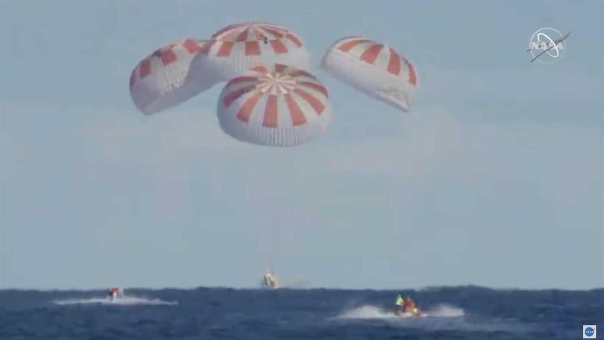 Cápsula da SpaceX aterrissa com sucesso na Terra