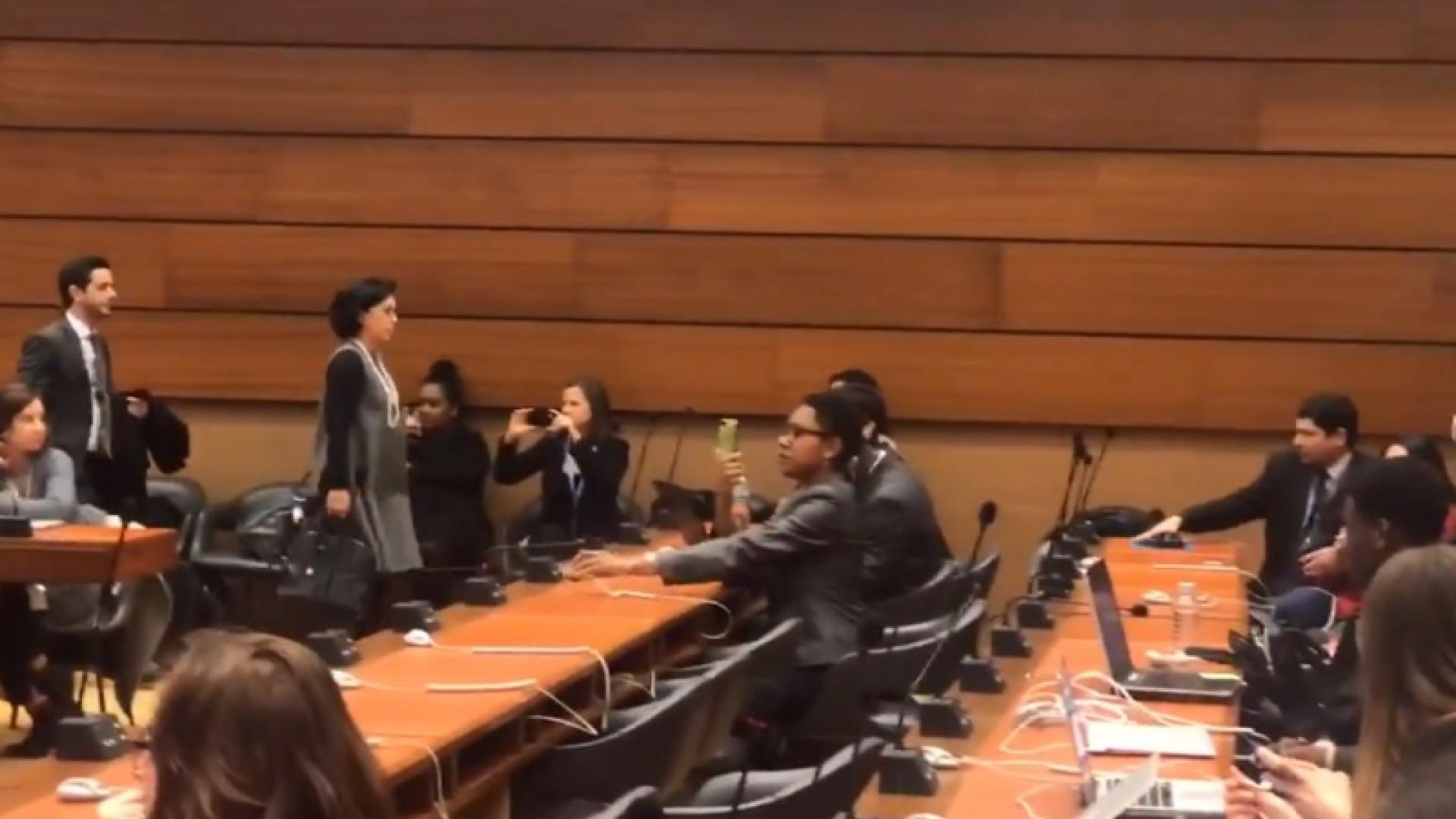 Jean Wyllys e embaixadora brasileira da ONU discutem durante reunião