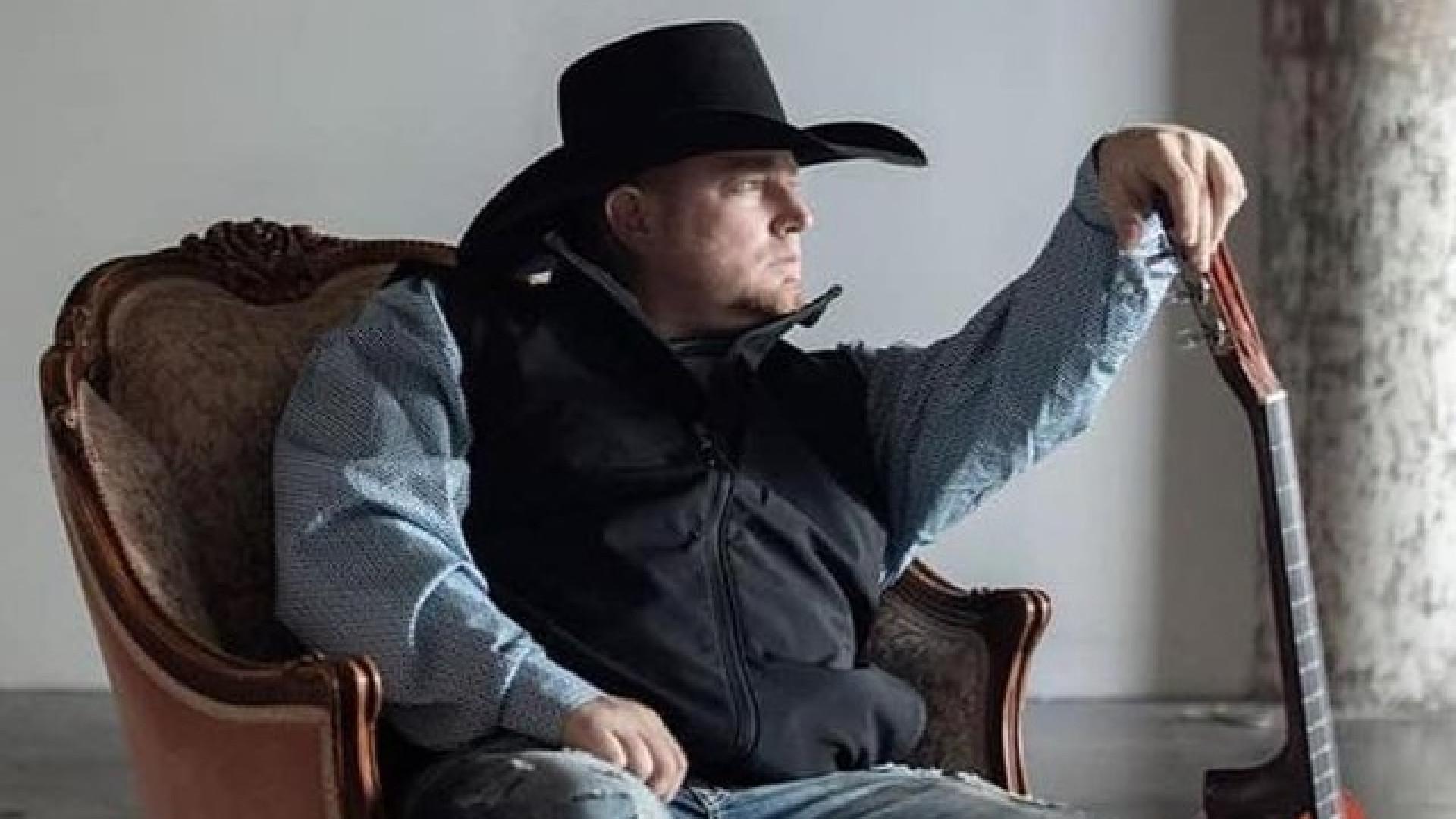 Cantor de country morre ao atirar em si mesmo em gravação de clipe