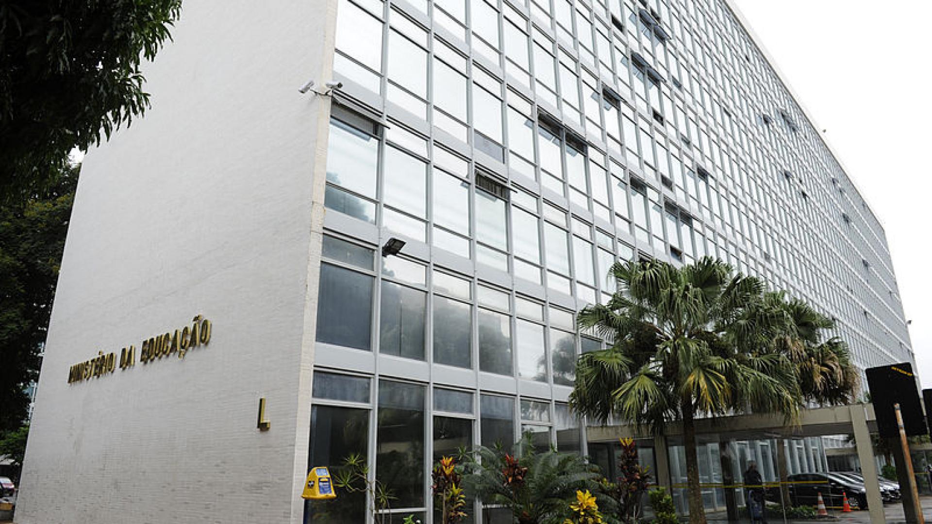 MEC fica à deriva após seis recuos e 15 exonerações