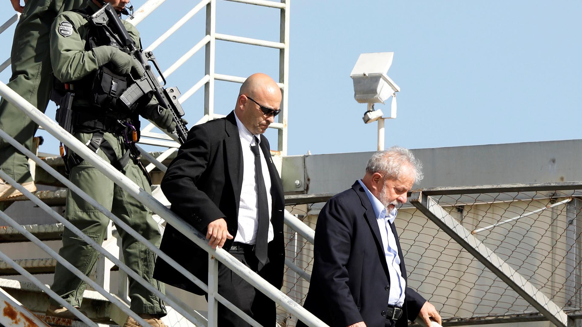 Presença de Lula na PF gera rodízio de agentes e 'plantão de agrados'