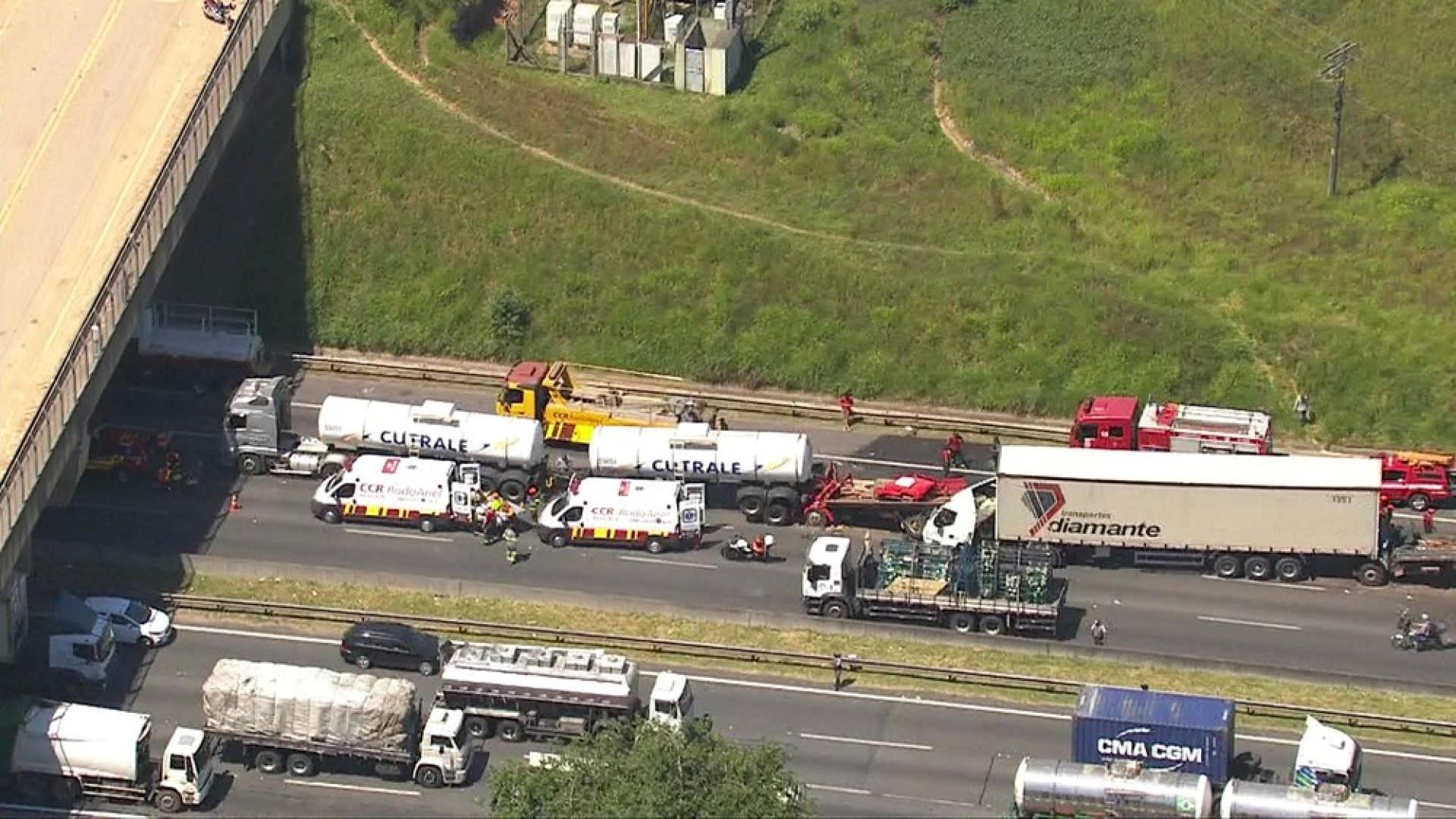 Engavetamento com 4 caminhões deixa 3 pessoas presas nas ferragens