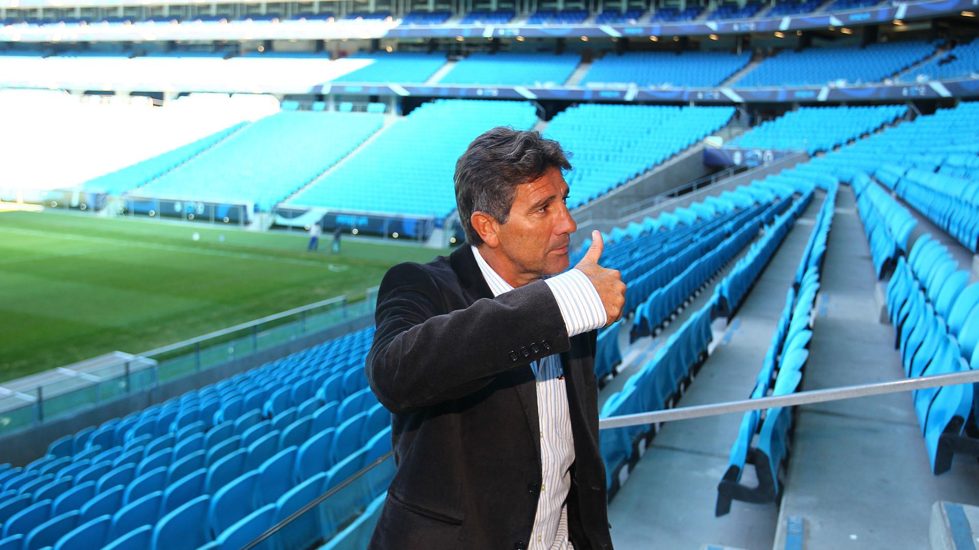 Renato dá 'nota 10' ao time, rebate críticas diz que 'não tem crise'