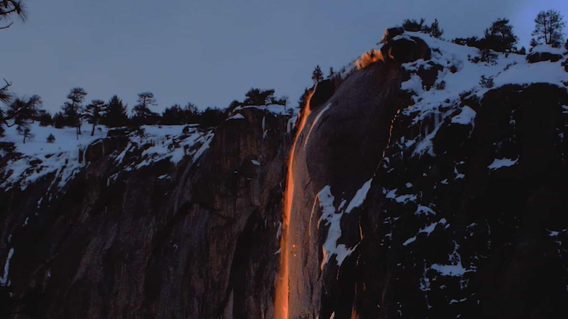 Já viu uma cascata em que a água parece feita de fogo?