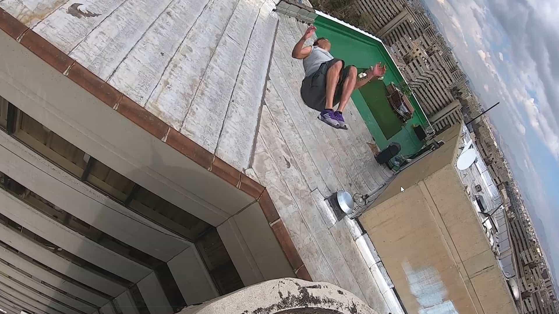 Insano: jovem faz salto mortal em telhado de prédio!